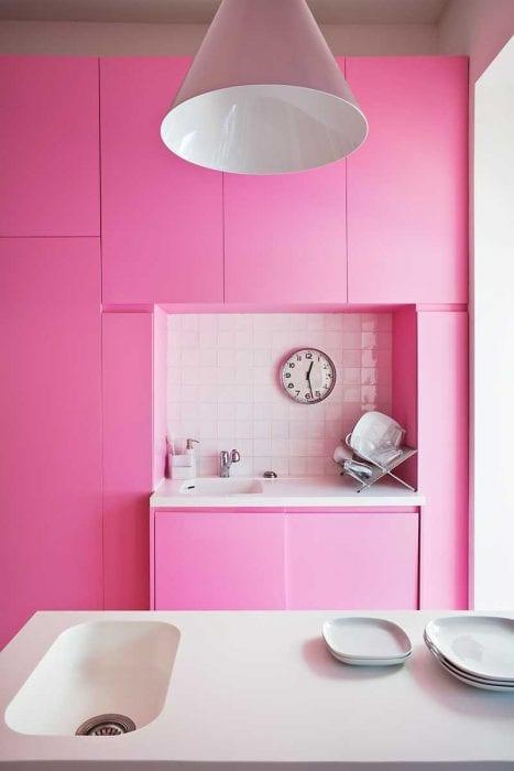 пример применения розового цвета в красивом декоре комнате