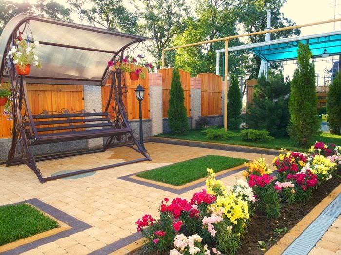 пример применения ярких растений в ландшафтном дизайне дома