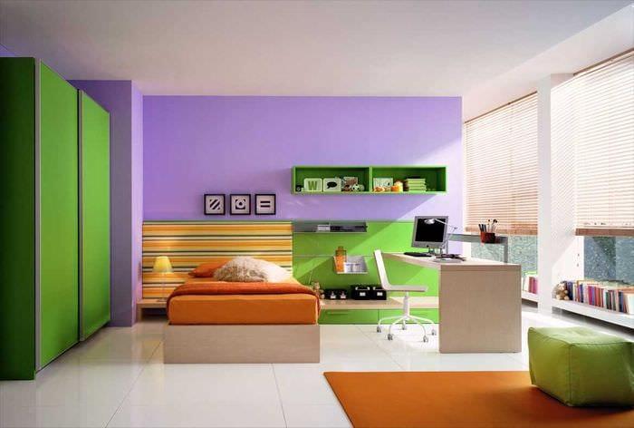 пример применения зеленого цвета в необычном декоре квартиры