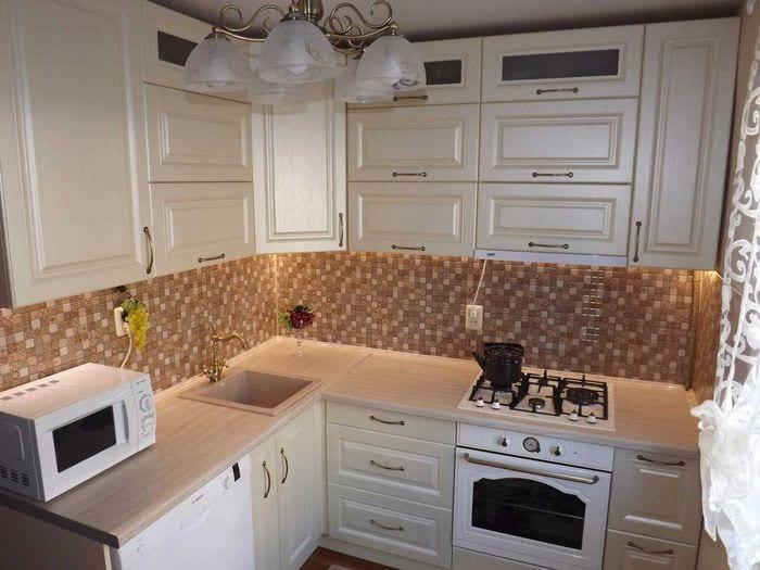 пример яркого интерьера кухни 14 кв.м