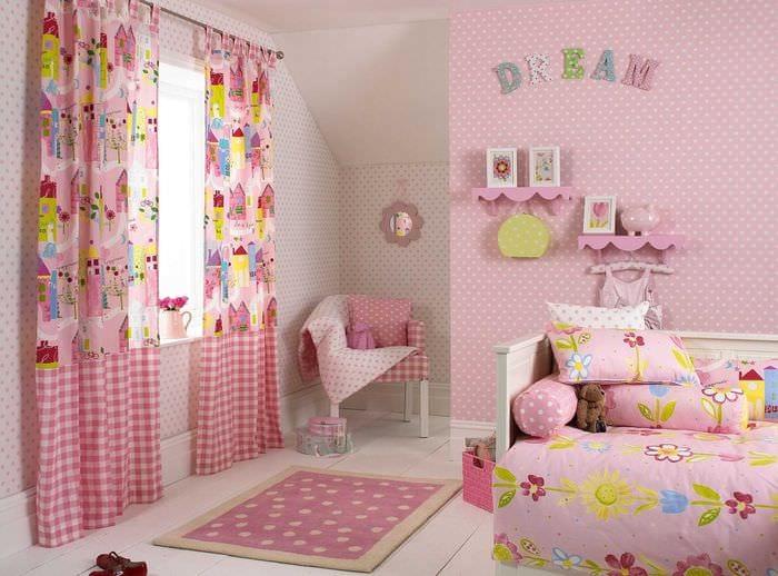 вариант применения розового цвета в светлом декоре квартире
