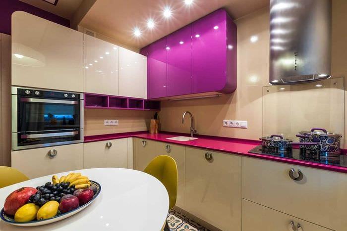 вариант использования яркого интерьера кухни