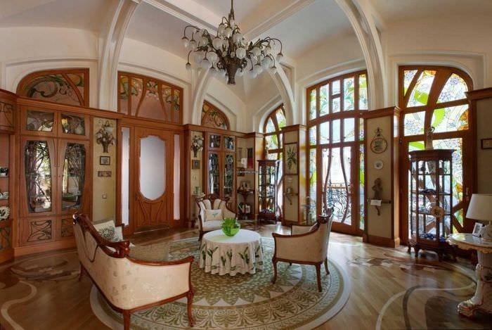 идея яркого декора дома в романском стиле