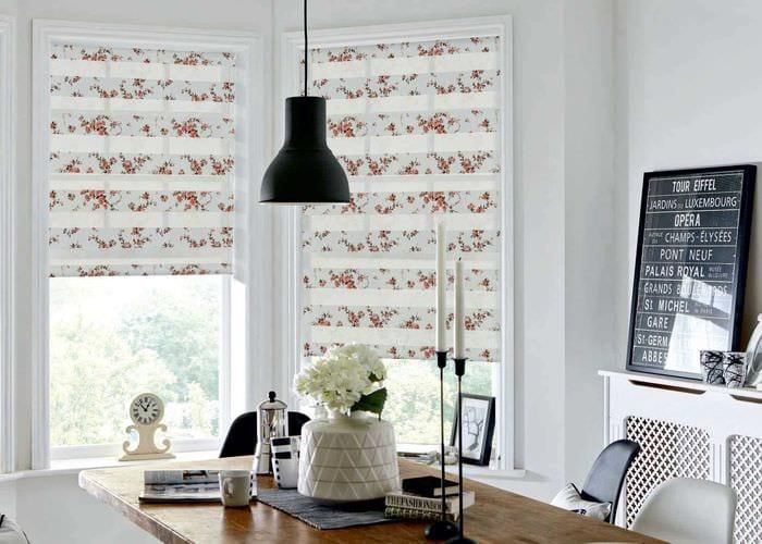 вариант необычного декора гостиной с римскими шторами