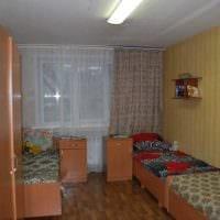 вариант яркого дизайна маленькой комнаты в общежитии картинка