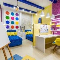 вариант яркого дизайна детской комнаты для двоих детей фото
