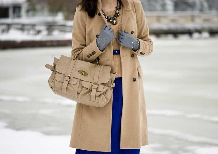 идея использования яркого бежевого цвета в дизайне одежды