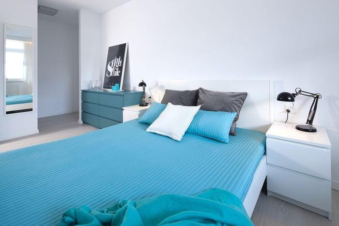вариант использования яркого голубого цвета в дизайне комнаты