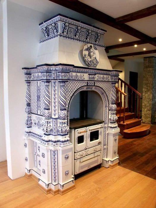 пример использования русского стиля в светлом дизайне комнате