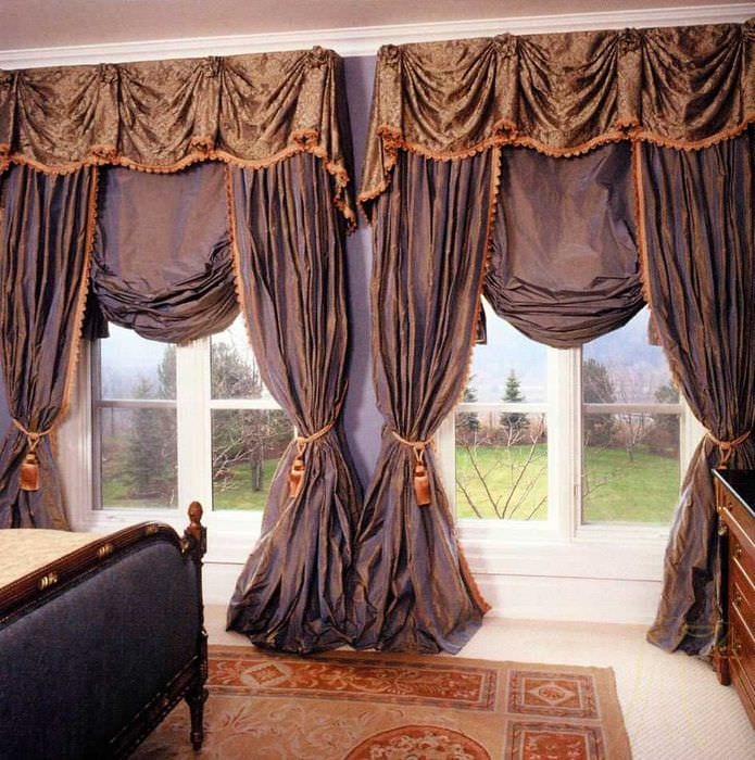 вариант применения современных штор в ярком дизайне комнате