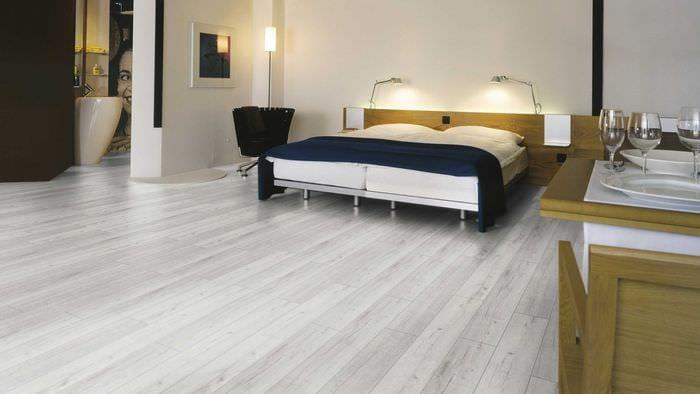 вариант применения светлого ламината в красивом интерьере квартиры