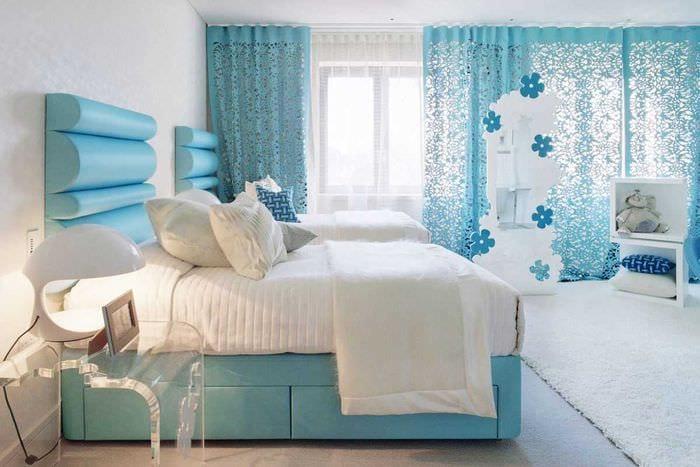 вариант использования интересного голубого цвета в дизайне комнаты