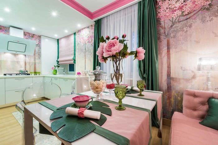 пример применения зеленого цвета в ярком интерьере комнаты