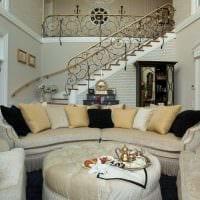 вариант яркого декора гостиной в частном доме фото