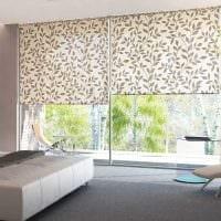 идея светлого интерьера спальни с римскими шторами картинка