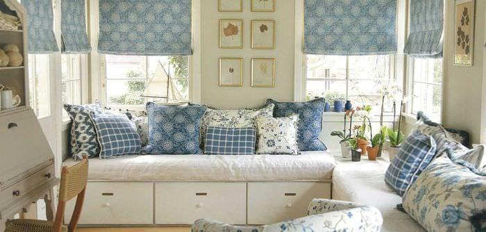 вариант красивого интерьера спальни с римскими шторами