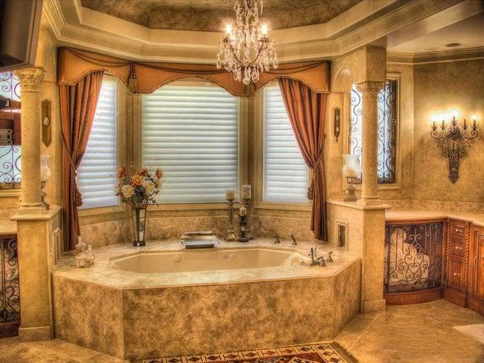 идея светлого интерьера дома в романском стиле