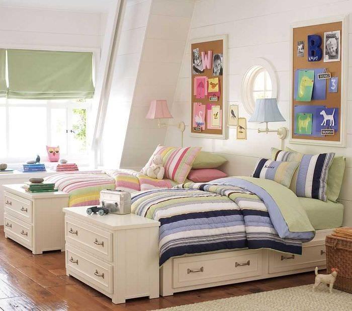 идея яркого дизайна детской комнаты для двоих девочек