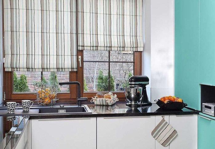 вариант яркого стиля кухни с римскими шторами