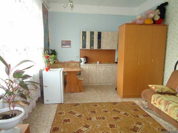 вариант яркого стиля небольшой комнаты в общежитии