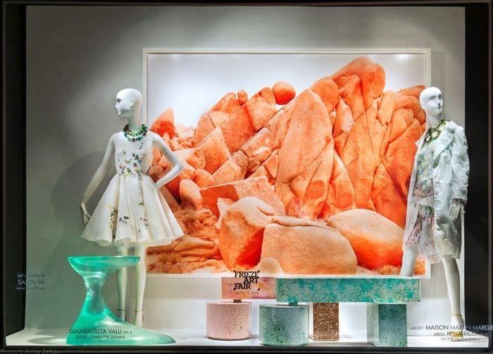фото витрины магазина одежды