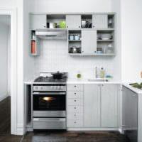 светлый дизайн малогабаритной кухни