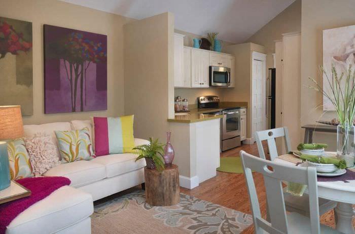 цветные подушки на кухне с диваном