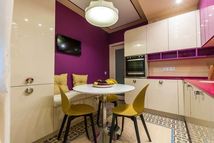 кухня с диваном в квартире