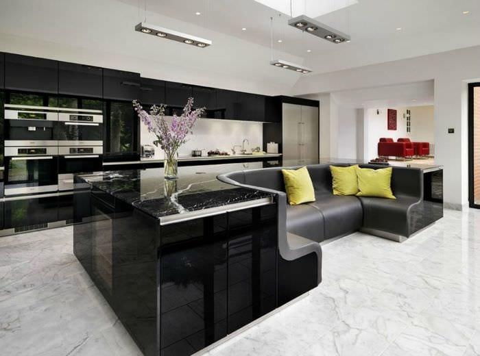 дизайн просторной кухни с диваном