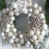 новогодний венок из елочных шариков