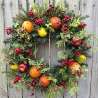 новогодний венок из ягод и фруктов