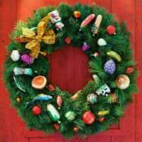 новогодний венок с елочными украшениями
