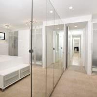 зеркальные стены в коридоре