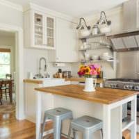 белая кухня 5 кв метров с деревянной столешницей
