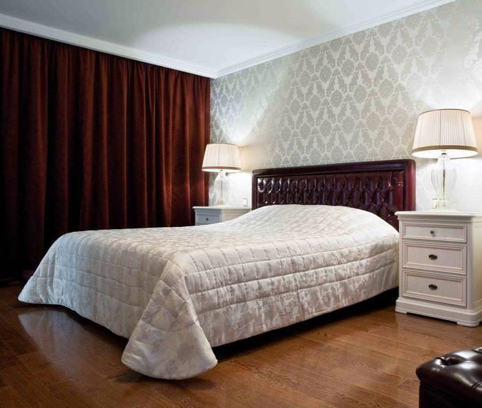 спальня с серыми обоями и красными шторами