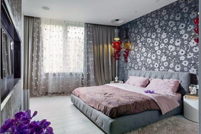 серые обои с рисунком в спальне
