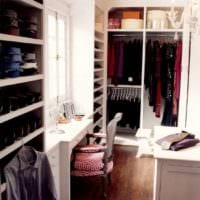 дизайн гардеробной с окном