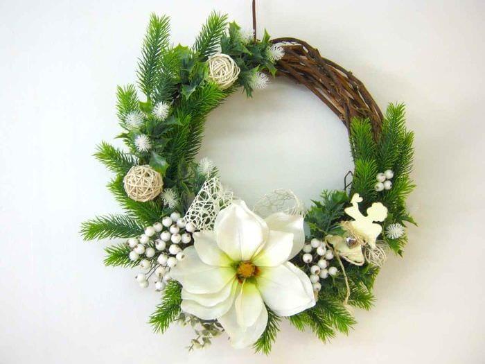 пример использования яркого декора новогоднего венка своими руками