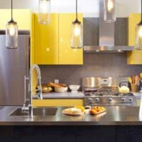 идея использования красивого желтого цвета в интерьере комнаты фото