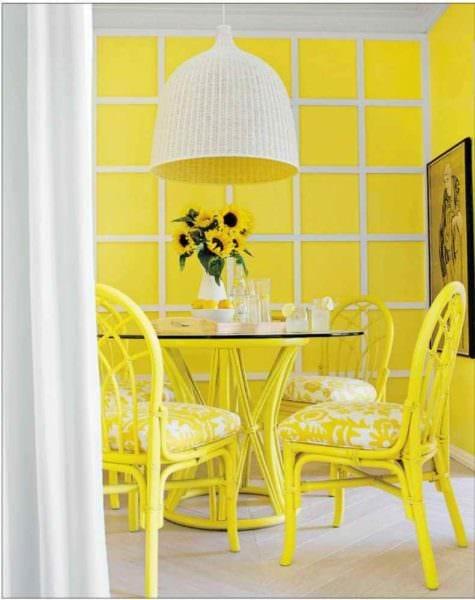 вариант использования светлого желтого цвета в дизайне квартиры фото