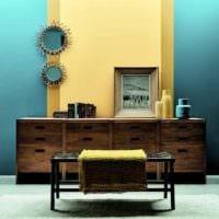пример применения необычного желтого цвета в декоре комнаты картинка