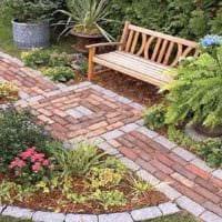 пример использования необычных садовых дорожек в дизайне двора фото