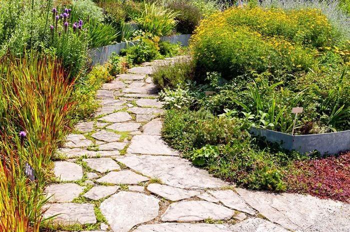 идея использования ярких садовых дорожек в дизайне двора