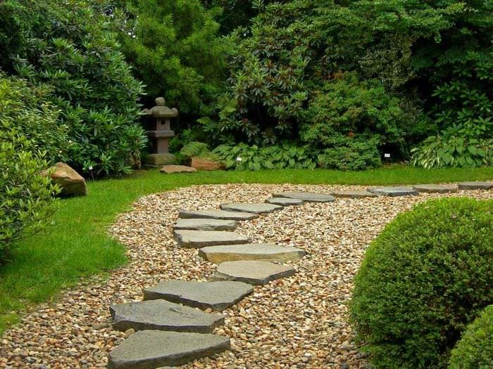 вариант применения необычных садовых дорожек в ландшафтном дизайне