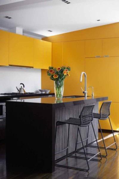пример использования яркого желтого цвета в дизайне комнаты картинка
