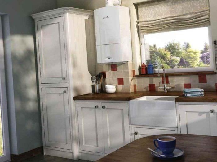пример яркого интерьера кухни с газовой колонкой