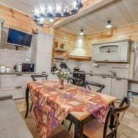 идея яркого декора кухни в деревянном доме фото