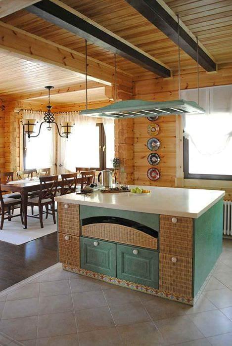 идея яркого декора кухни в деревянном доме