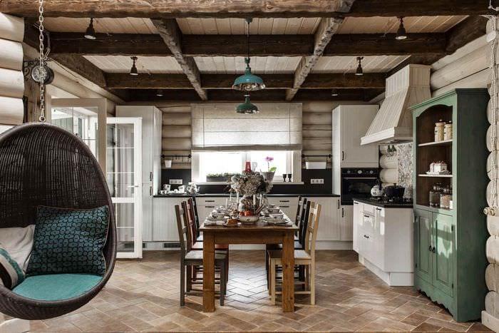 вариант светлого дизайна кухни в деревянном доме