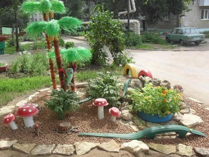 идея светлого декора палисадника в частном дворе